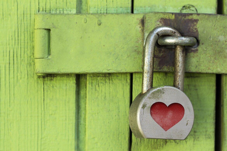 ein Schloss mit Herz sichert einen alten Türverschlag